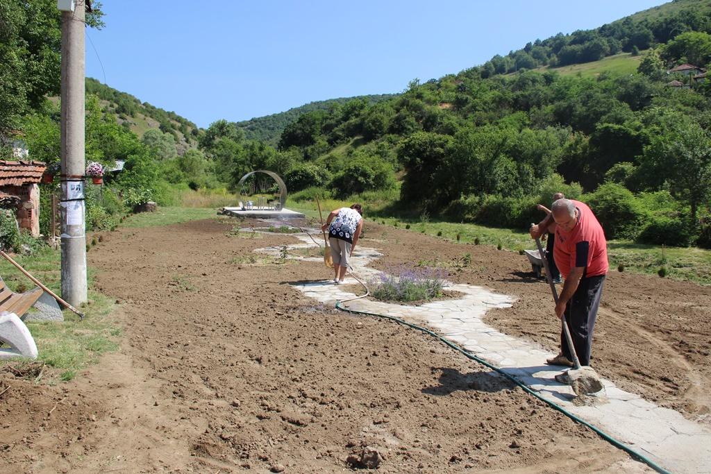 Разглеждате: Село Несла в трескава подготовка за предстоящия празник