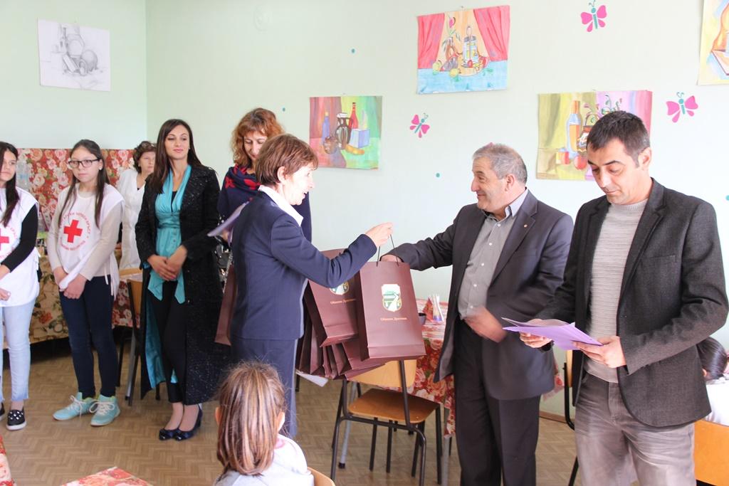 Разглеждате: Вълнуващ и емоционален бе днешният слънчев ноемврийски ден  за най-малките възпитаници на нашето училище, за техните учители и родители,  за гостите от София и от общината.